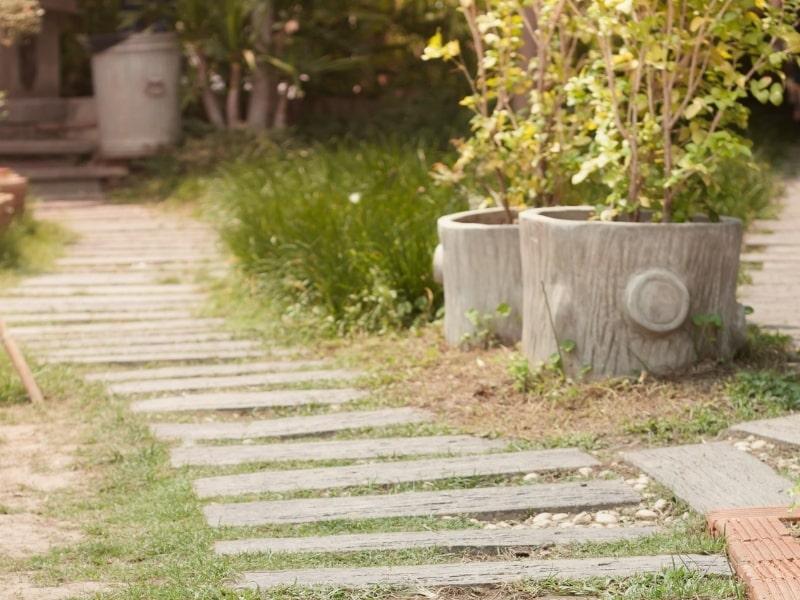 amenagement exterieur d un jardin avec une allee en ardoise