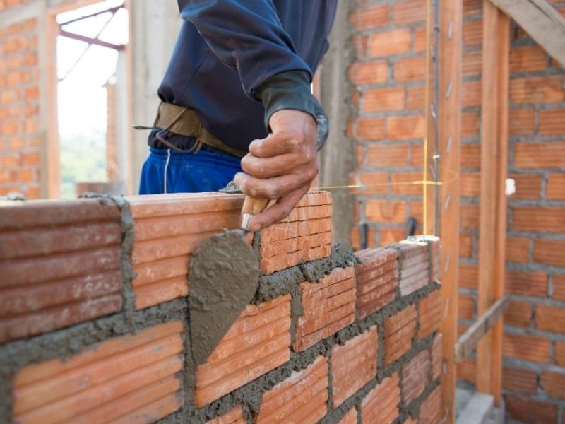 construction d une maison en briques par un macon