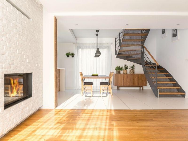 installation d un escalier sur mesure noir et bois dans une maison