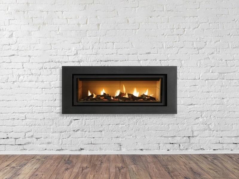 installation d une cheminee noire moderne dans une maison