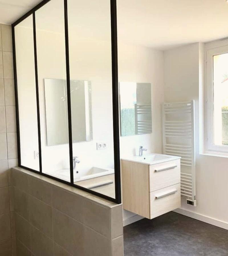 installation d une verriere d atelier sur mesure dans une salle de bain par homy conseil