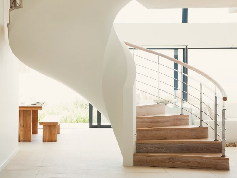 installation d un escalier en bois sur mesure par un courtier en travaux homy conseil