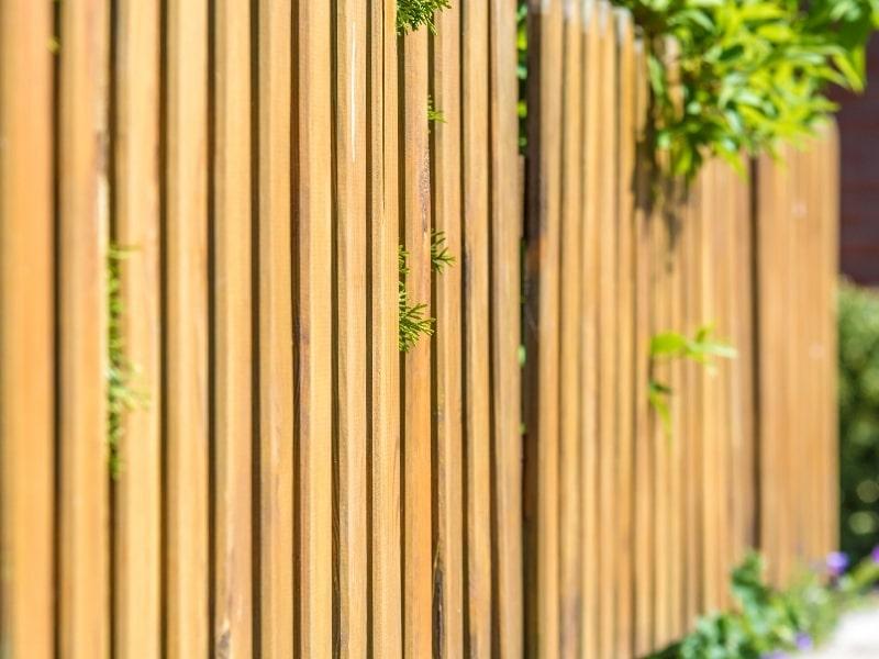 Pose d une cloture dans un jardin par un courtier en travaux exterieurs homy conseil