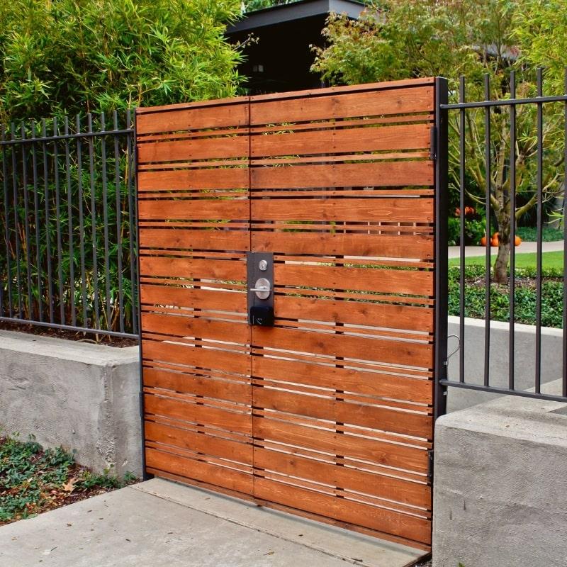 pose d un portail en bois devant une maison