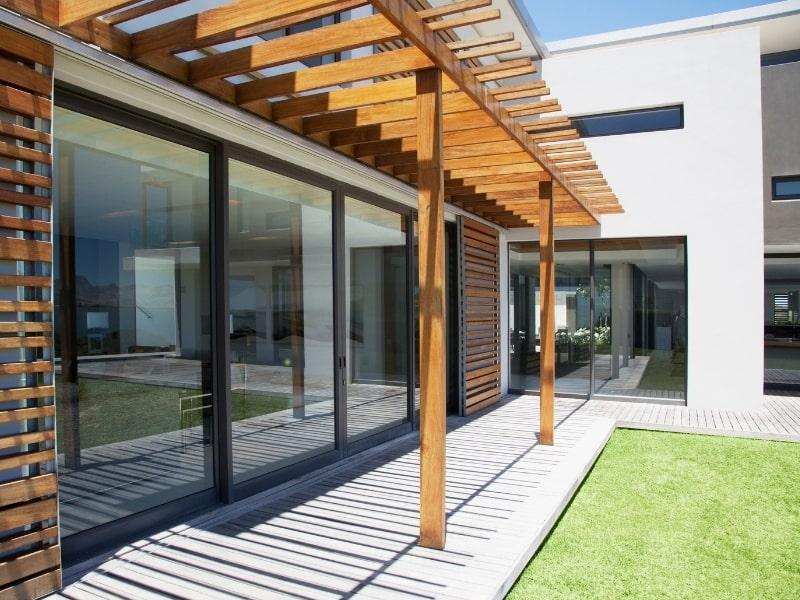construction d une pergola en bois le long d une maison
