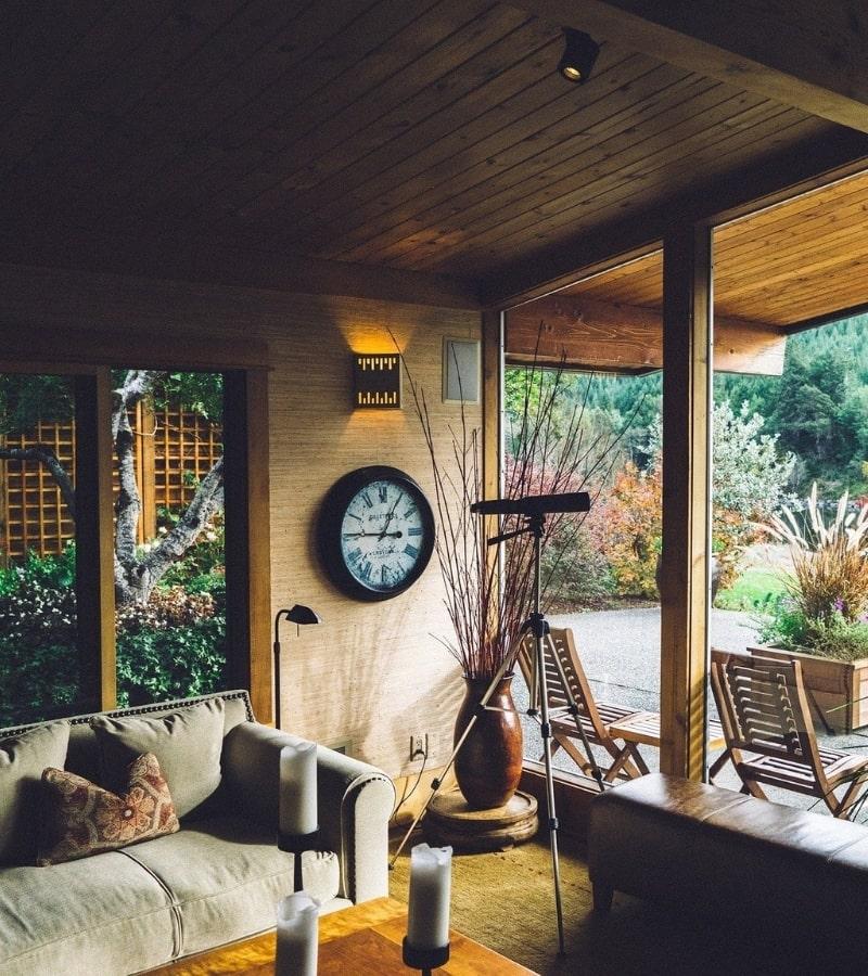 construction d une veranda en bois et amenagement d un salon