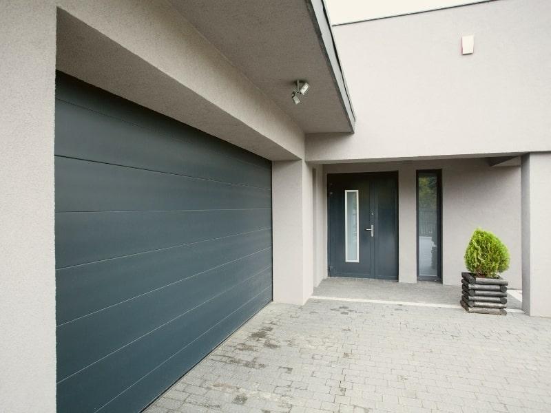 construction d un garage avec une porte noir