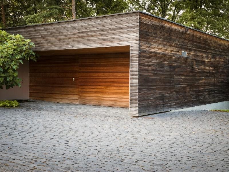 construction d un garage en bois dans un jardin