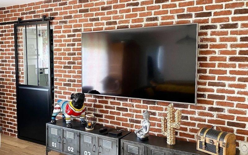 renovation et decoration du salon d une maison apres travaux avec porte a galendage et mur en briques