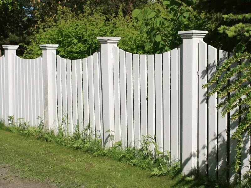pose d une cloture en bois blanc dans un jardin